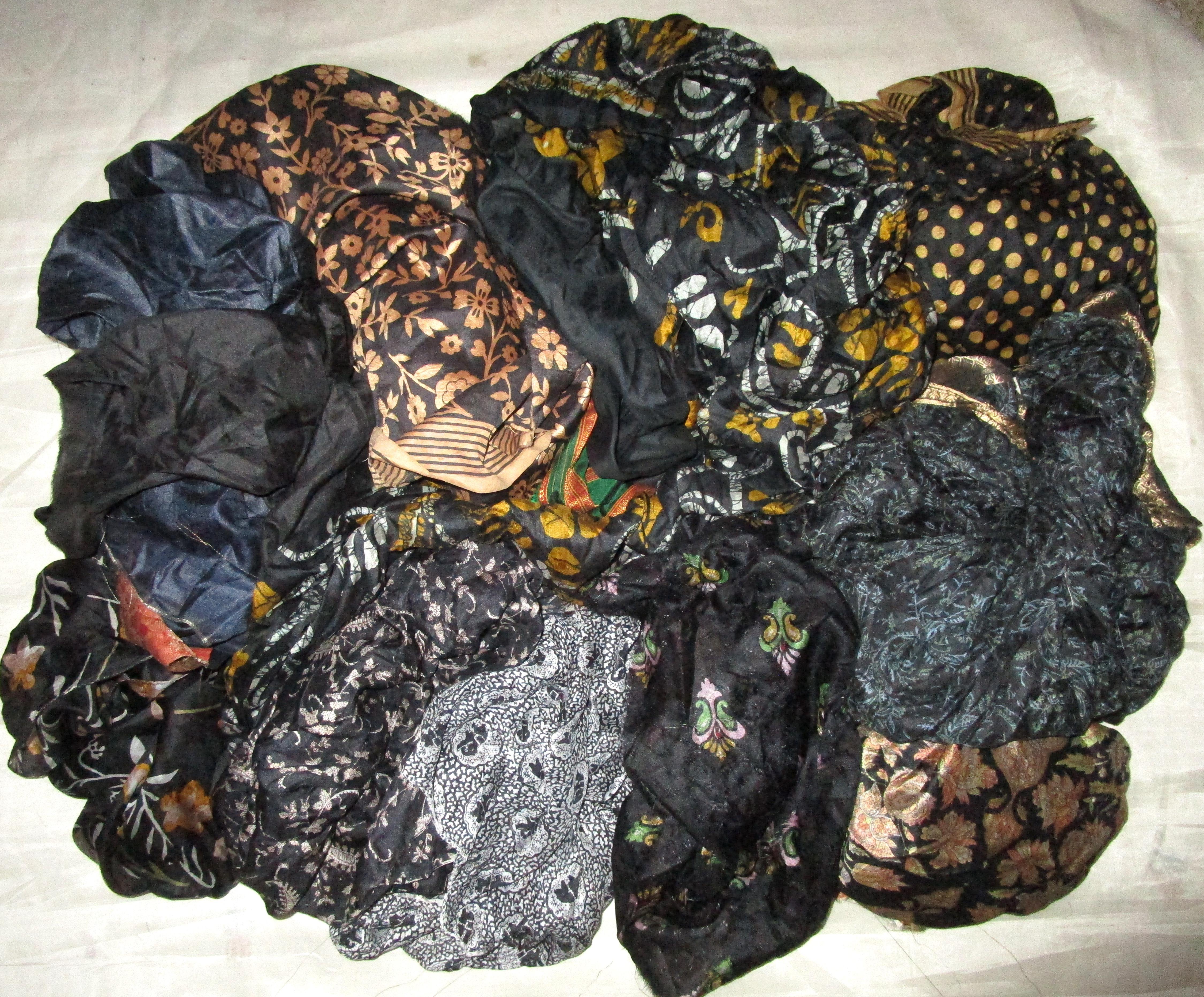 AU-LOT-PURE-SILK-Antique-Vintage-Sari-REMNANT-Fabrics-100-GRAMS-Black-ABCLZ